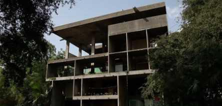Photo of front facade of Le Corbusier's Villa Shodhan in India